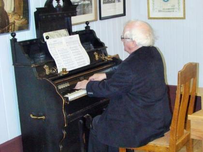 Тордур Томассон играет на органе в церкви в краеведческом музее Скоугар, skogasafn, Þórður Tómasson, фото Стасмир, photo Stasmir