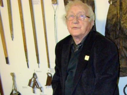 Тордур Томассон демонстрирует исландские коньки в краеведческом музее Скоугар, skogasafn, Þórður Tómasson, фото Стасмир, photo Stasmirskogasafn