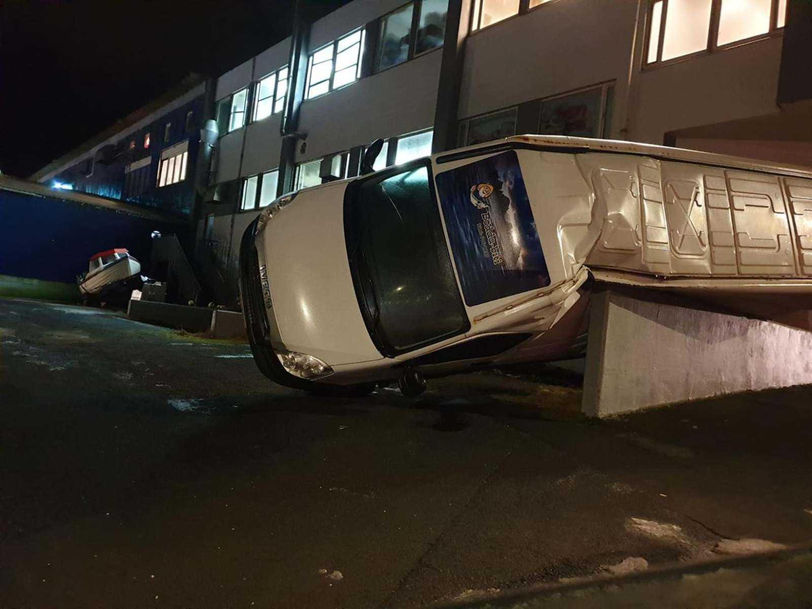 перевернутый фургон на Вестманнский островах, фото из исландской прессы, автор Sigurgeir Brynjar
