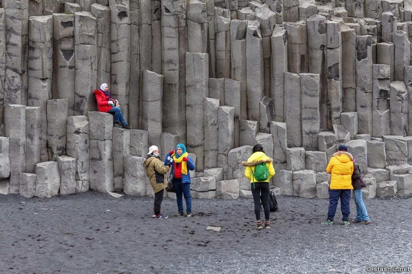 На Рейнисфйауре станет безопаснее. Базальтовые колонны на побережье Рейнисфйаура (Рейнисфьяра) в Южной Исландии недалеко от Вика. В народе это место известно как «черный пляж», Reynisfjára по-исландски, Reynisfjara в стандартной латинице. В русском инете иногда называют это место «пляж персты тролей». Фото Стасмир, photo Stasmir