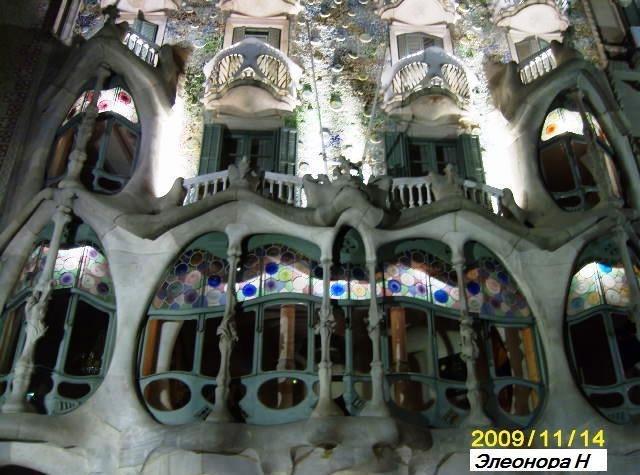 Фасад Каза Батльо (дома костей)