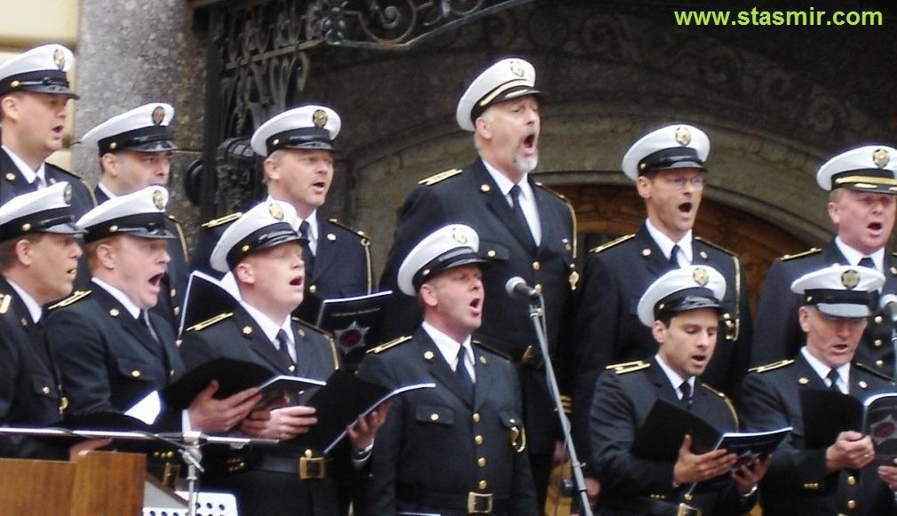 Lögreglukórinn: Ekki benda á mig? Полицейский хор Исландии во дворе Капеллы, Питер, 23 мая 2006 года, фото Стасмир, photo Stasmir