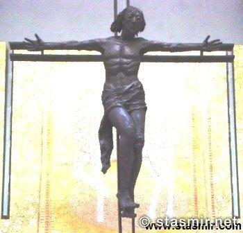 Распятие, похожее на Высоцкого, в Церкви Пресвятой Троицы в Фатиме, Португалия, Basílica da Santíssima Trindade, Santuário de Fátima, фото Стасмир, photo Stasmir
