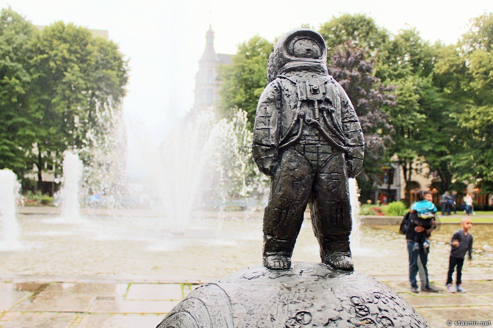космонавт в саду на вдоль Карл-Юханс гате, дождь в Осло, фото Стасмир, photo Stasmir