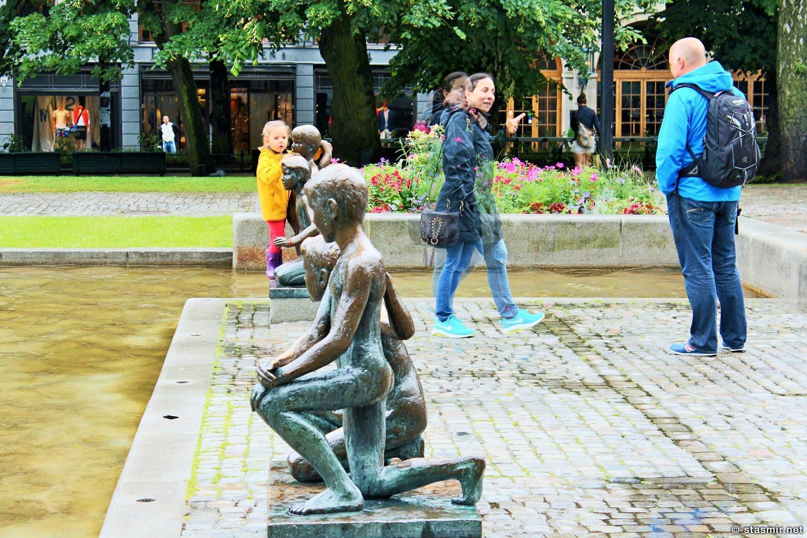 дети у фонтанов на Карл-Юханс Гате в Осло, фото Стасмир, Photo Stasmir