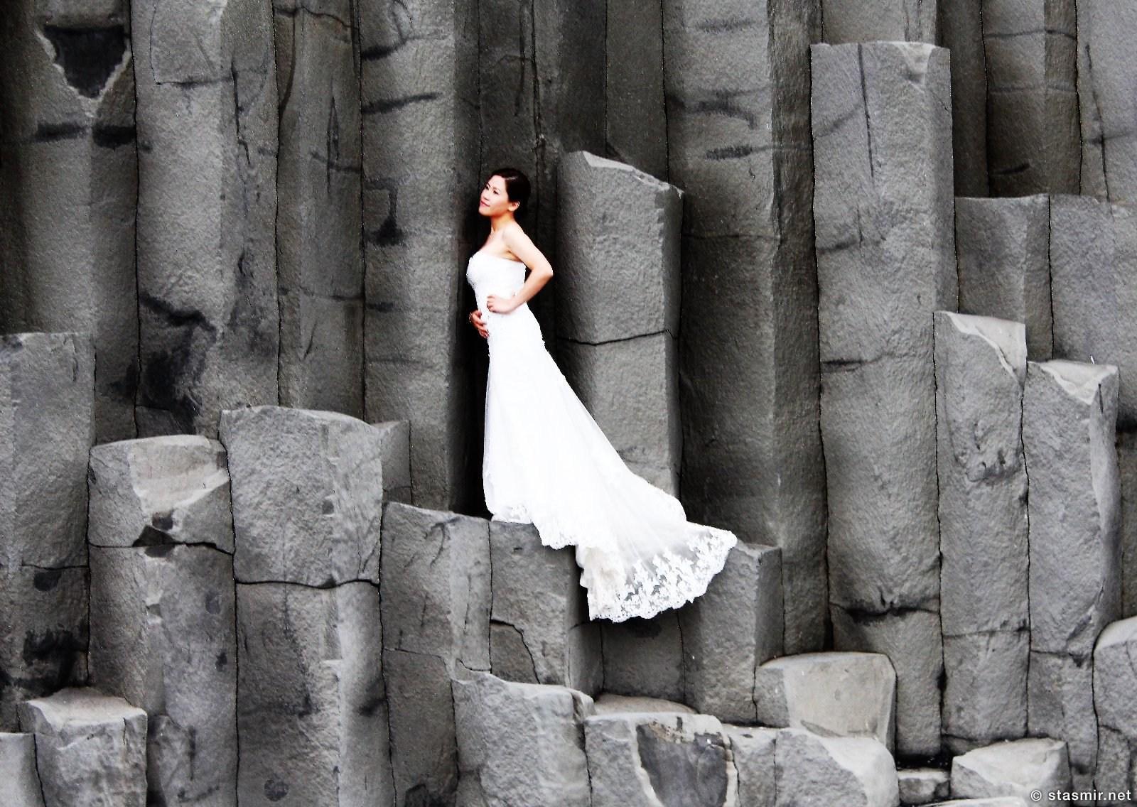 китайская невеста на базальтовых колоннах на пляже Рейнисфьяра рядом с Виком, Южная Исландия, фото Стасмир, photo Stasmir