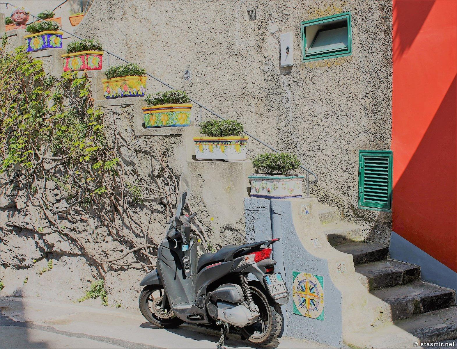 лестница с мотороллером в Позитано, Кампания, Италия, фото Стасмир, photo Stasmir