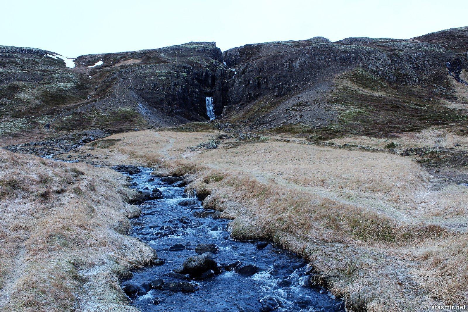 водопад рядом с минеральным источником rauðamelsölkelda, фото Стасмир, photo Stasmir
