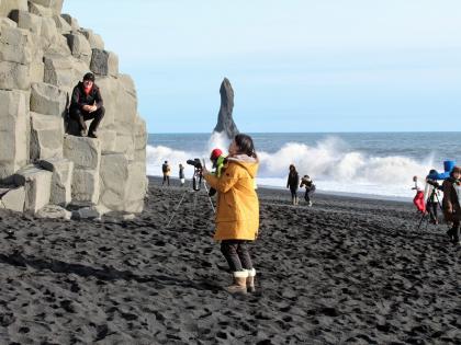 Туристы фотографируются на Рейнисфьяре - черном пляже. Фото Стасмир, photo Stasmir