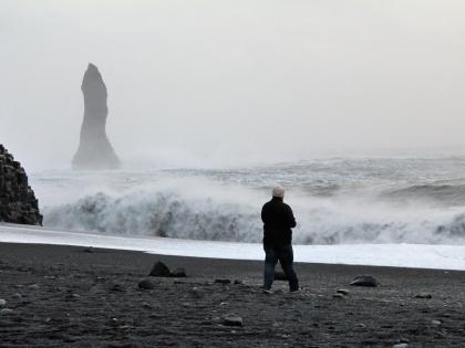 базальтовая колонна выступает из океана на Рейнисфйару, фото Стасмир, photo Stasmir