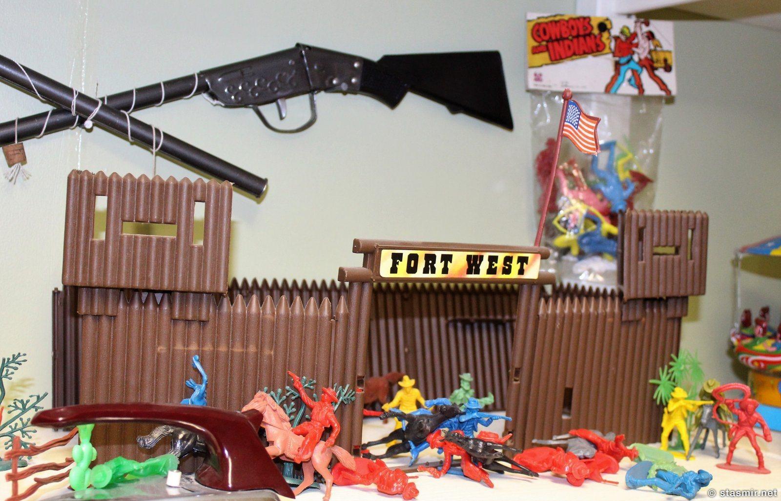 детские игрушки, индейцы и ковбои в Грюндайрфьёрдюре, Западная Исландия, фото Стасмир, photo Stasmir, stasmirner, stasmircom
