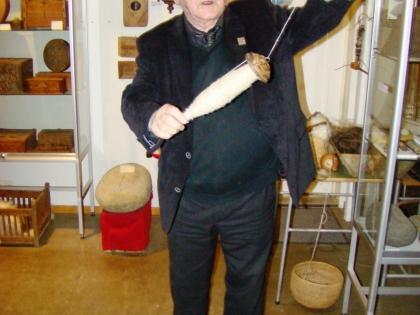 Тордур Томассон или Тордюр Томассон, основатель музея Скоугар, делает нить из лошадиного волоса, фото Стасмир, photo Stasmir, Skógar