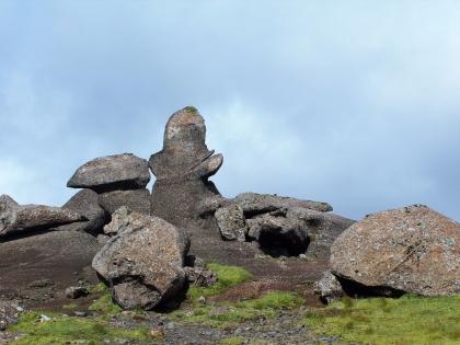 странные скальные образования, зеленые луга по маршруту Такгил, Такгиль, Þakgíl, фото Стасмир, photo Stasmir