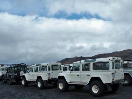 Стая Лэндроверов-дифендеров на туристической базе Тоурсмёрк, Торсморк, Þórsmörk, фото Стасмир, photo Stasmir