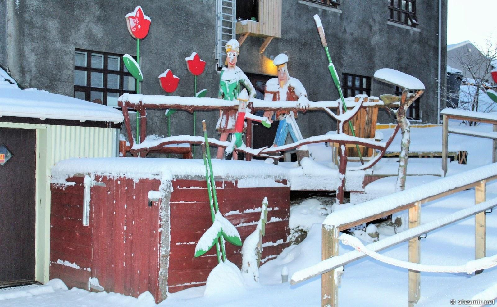 Деревянные человечки у шерстяной фабрики Álafoss, Мосфельсбайер, фото Стасмир, photo Stasmir