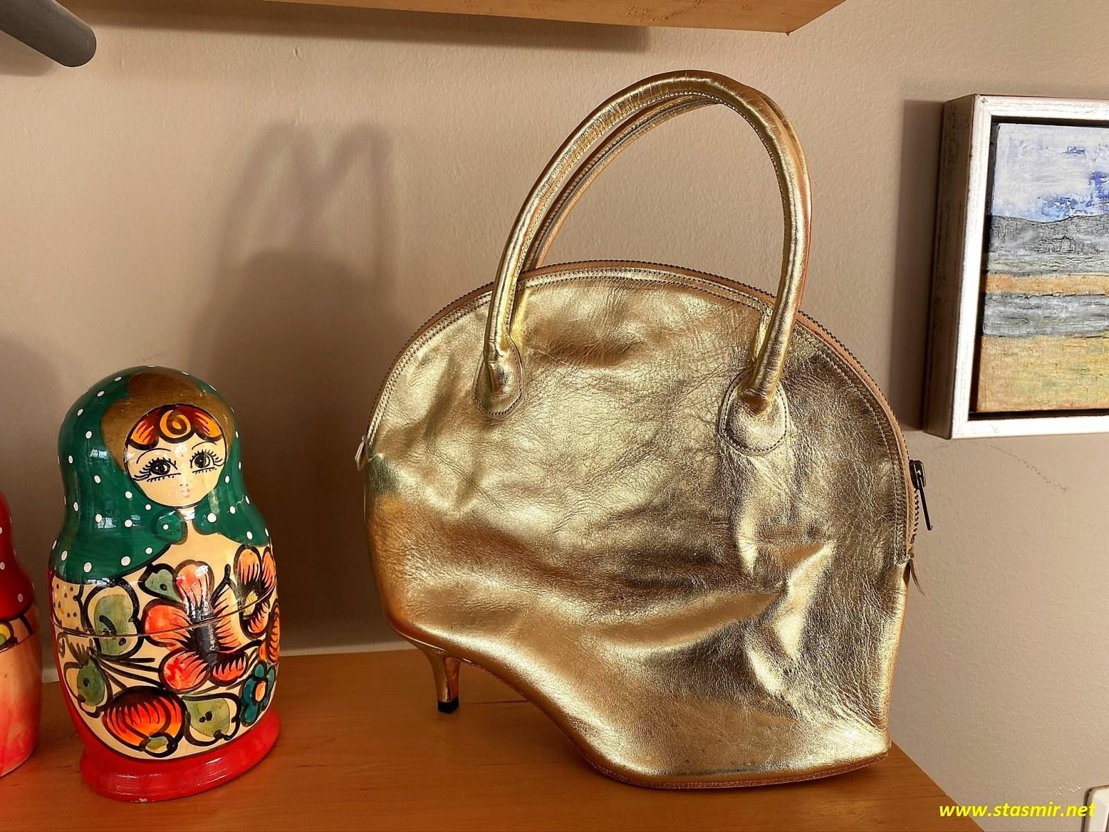 матрешка и сумочка на полке исландского отеля, фото Стасмир, Photo Stasmir