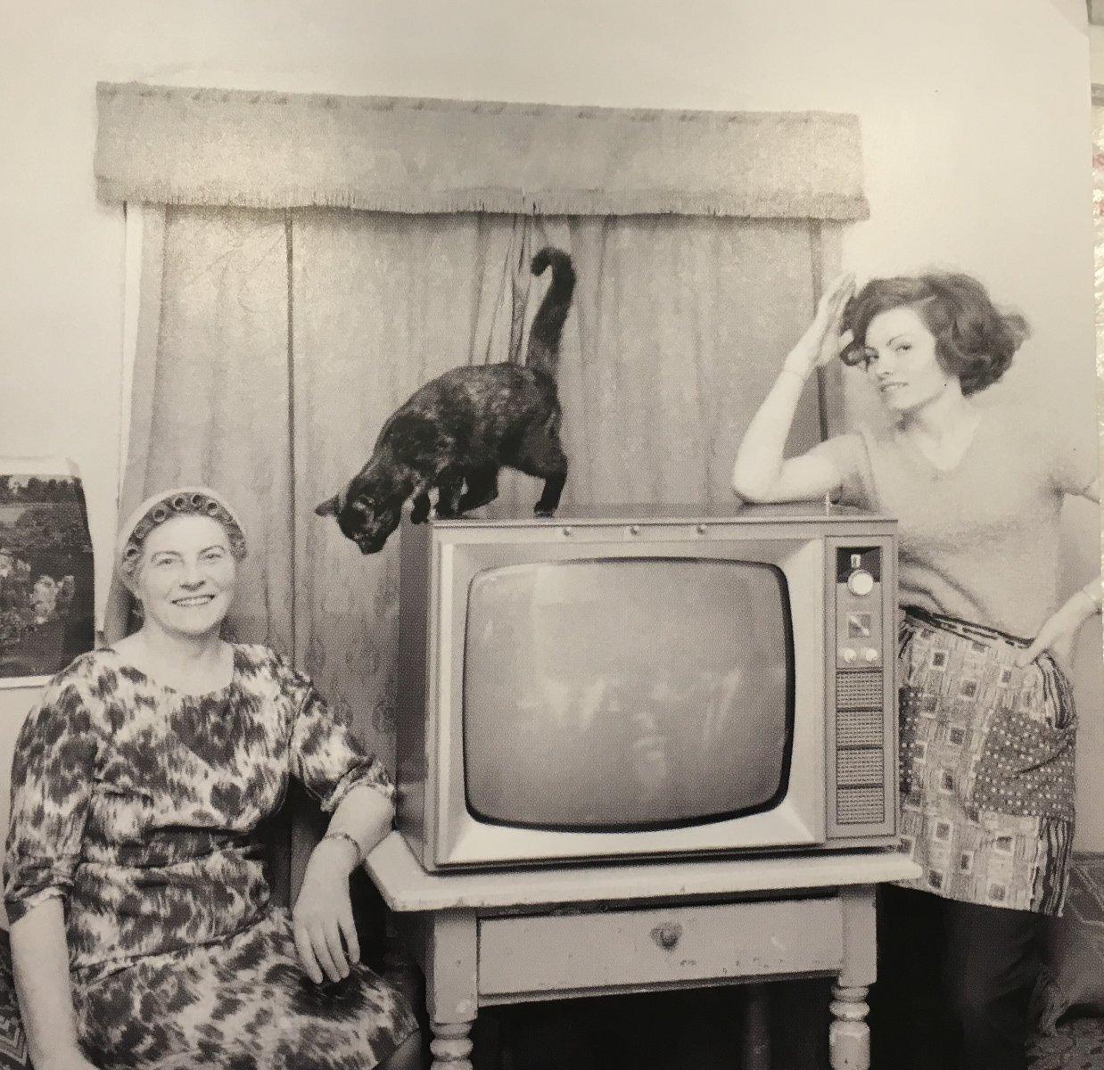открытка про счастливыых обладательниц телевизора в Исландии. По модели семидесятые годы, фото Стасмир, photo Stasmir