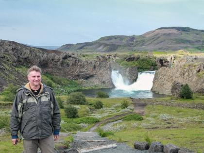 Landmannalaugar, Ландманналёйгар, Ландманналаугар, фото Стасмир, Photo Stasmir, джип-сафари, Стасмир на фоне водопада Хьяулпарфосс, водопад Hjálparfoss