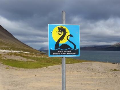 Bíldudalur, музей морских монстров в долине Бильдюдалюр в Исландии, The Icelandic Sea Monster Museum, Skrímslasetrið á Bíldudal, Западные Фьорды Исландии, дорожные знаки в Исландии, Photo Stasmir, фото Стасмир