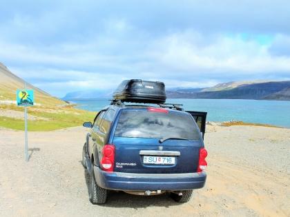 долина Bíldudalur, музей морских монстров, Бильдюдалюр, The Icelandic Sea Monster Museum, Skrímslasetrið á Bíldudal, Западные Фьорды Исландии, дорожные знаки в Исландии, Dodge Durango, Photo Stasmir, фото Стасмир
