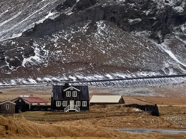 Амтманнсхус — резиденция датского префекта в рыбацкой деревушке Арнарстапи («орлиный утес») на полуострове Снайфедльснес