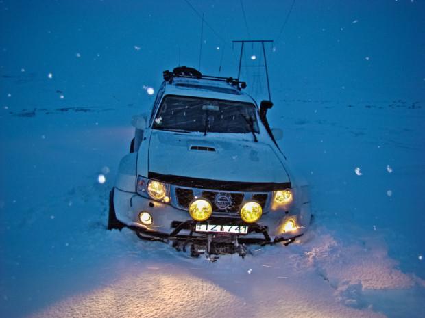Nissan Patrol провалился в скрытую прорубь на пути к Landmannalaugar (Ландманналаугар)