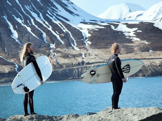 Серферы в Исландии