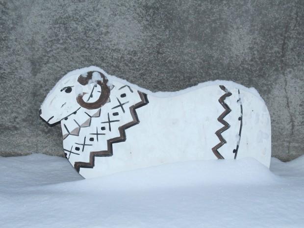 Картонный баран в снегу у фабрики Álafoss в Исландии