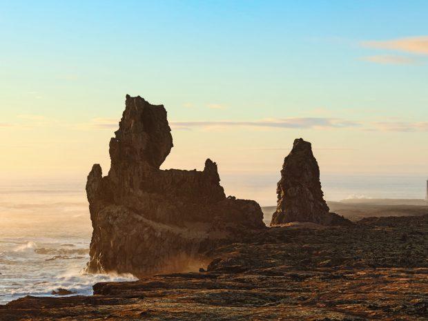 Прибрежные формации Лоундрангар и маяк Malarrif